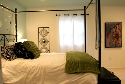 tween room with green and blue