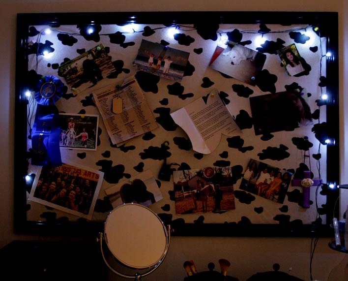 magnetic board with lights #teenroom #diy #decor #organization #yourhomeonlybetter